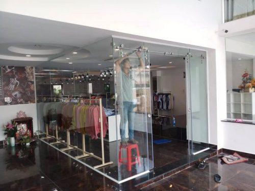 Cửa kính lùa treo shop thời trang quận 1