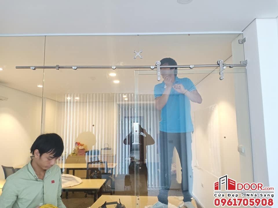 Cửa kính lùa treo thi công vách kính ngăn phòng tại quận phú nhuận