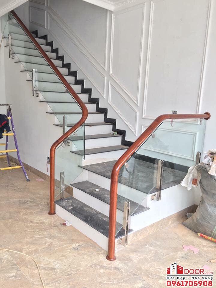 Cầu thang trụ kẹp hông