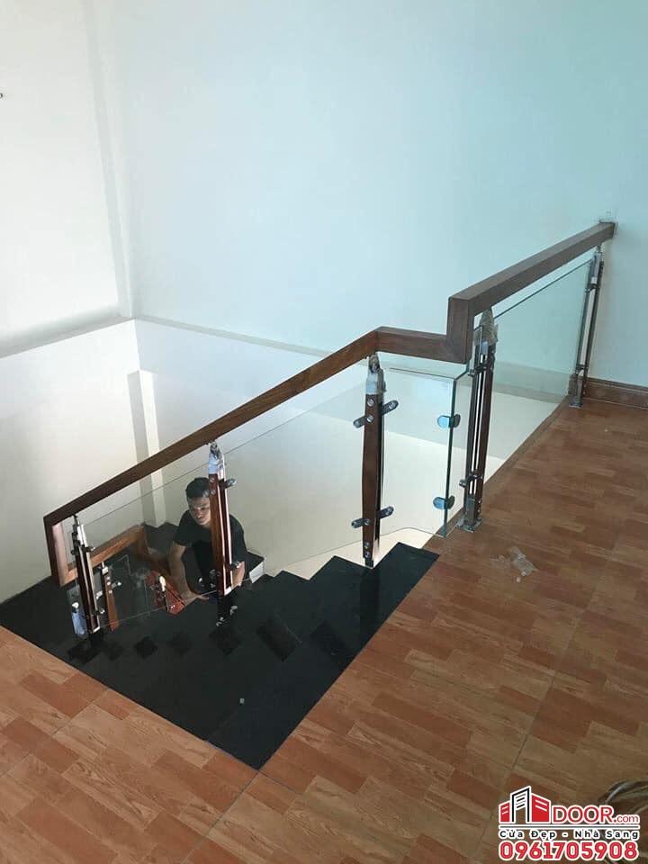 cầu thang kính cường lực trụ cao kẹp hông