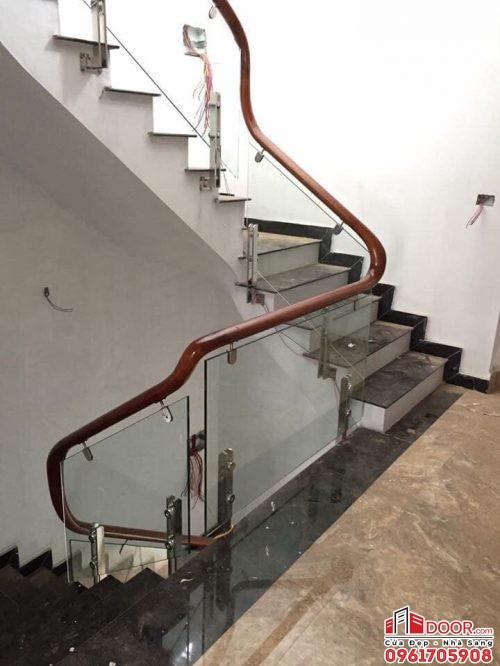 cầu thang kính cường lực trụ lửng kẹp hông