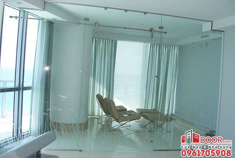 Cửa kính ngăn phòng sinh hoạt riêng tại quận 2