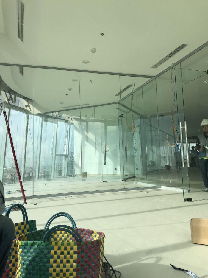 Vách kính cường lực có khung nhôm xingfa viền ( giá 950 000/m2)