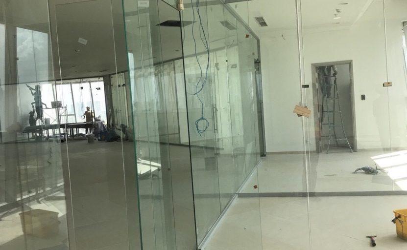 Cửa bản lề sàn kết hợp vách kính có khung nhôm